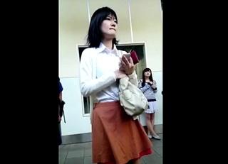 完全顔出しでネットに投稿された危険なパンチラ動画!黒髪清楚なお姉さんの外見とスカートの中にギャップ萌え