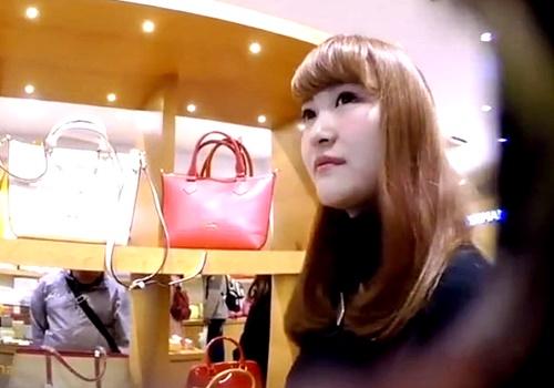これが逆さ撮りの神髄!ハイブランドショップの美人店員のいい匂いがしそうなおパンツをフロントの花柄まで撮影