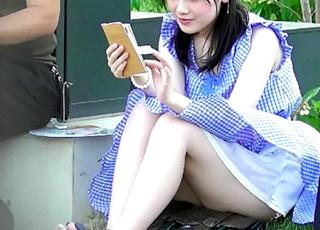 黒髪清楚な美女のワンピースをめくり上げる風のいたずら!白パンティーのリボンまで確認できる秀逸な座りパンチラをご覧ください