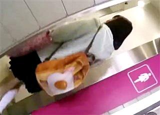 【個人撮影】痴漢というよりもはやレイプ・・・学校帰りの制服JKを尾行して駅の女子トイレで平然と犯罪行為をやってのけるヤバいやつ!