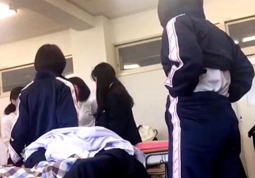 【激ヤバ...】本物校内盗撮動画。現役JKが教室で同級生の着替えを隠し撮りした映像がネットに出回ってしまう