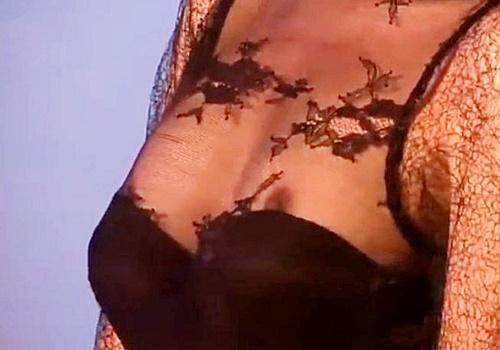 【お宝動画】ゴージャスなドレスから乳首ポロリしてしまっている美人コンパニオンのお姉さん