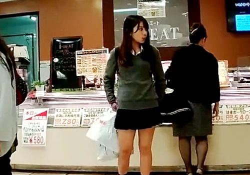 【盗撮動画】お母さんに連れられてデパ地下で買い物に来たS級美少女JKちゃんのパンチラを奪取成功