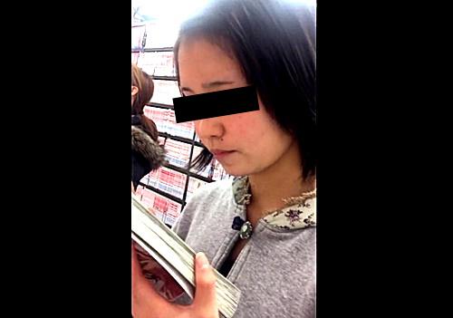 ブッ〇オ〇でまたもやパンチラ盗撮事案が発生!美少女中●生の可愛すぎるバックプリントぱんつを逆さ撮り・・・