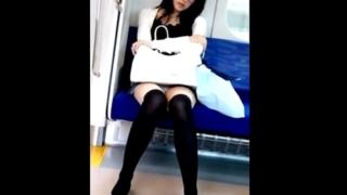 知的なメガネ美女のドスケベな下半身をスマホで対面盗撮!清楚な白の座りパンチラがエロ過ぎてシコ不可避