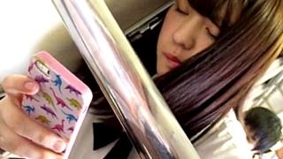 【高画質】このアングルが秀逸!学校帰りの美少女JKの脚の間に顔を突っ込むような臨場感のパンチラ動画