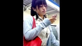 電車通勤のOL3名の完全顔出しパンチラ映像!スマホでもここまでやれることを証明しためくり撮りからの近距離撮影が秀逸