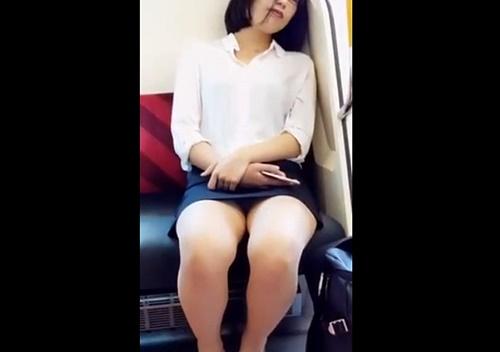 超ミニタイトスカートで居眠り中のメガネOLさん、無防備パンチラをスマホで対面盗撮されてしまう