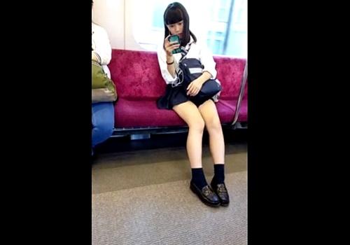 【盗撮】ガチにしか見えない!電車で帰宅する超ミニスカJKの美脚をスマホで隠し撮りする変態男