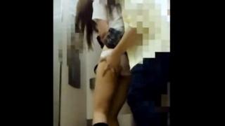 【犯罪注意】真似したら即逮捕!上玉JKにエレベーターで後ろから襲い掛かる痴漢男の犯行映像