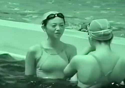 プールサイドで戯れる競泳水着JKを盗撮してみた!乳首透け透け