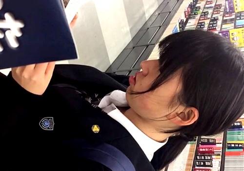 【盗撮動画】これはJKというよりJCなのかも・・あどけない制服少女の可愛すぎるバックプリントおぱんちゅ♪