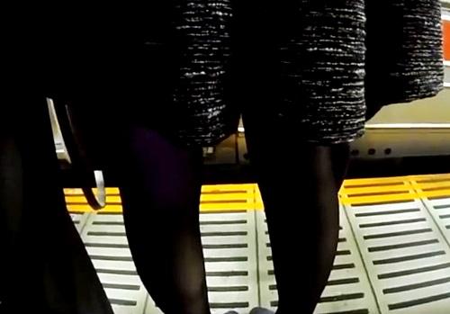 満員電車で美人OLにピラニアのごとく集まる痴漢師たち!帰宅ラッシュにまぎれて行われる犯罪行為の一部始終をご覧ください
