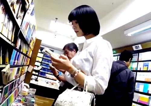 【逆さHERO】本屋で見かけた超絶美人なお嬢様のシンプルホワイトパンティー