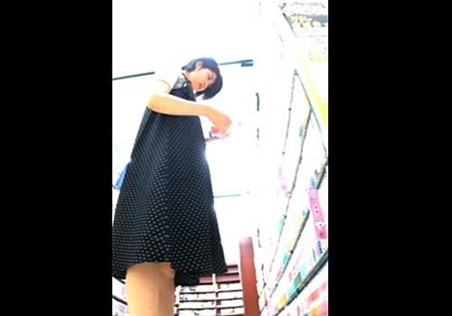 【盗撮動画】イチゴ柄JD逆さ撮りパンチラ!まさかの幼すぎる綿ぱんつに唖然