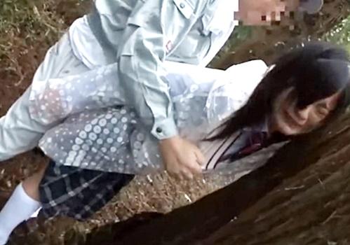 雨の中自転車で下校中の美少女JKに声掛け、山中に拉致してレイプする作業服姿の中年男!