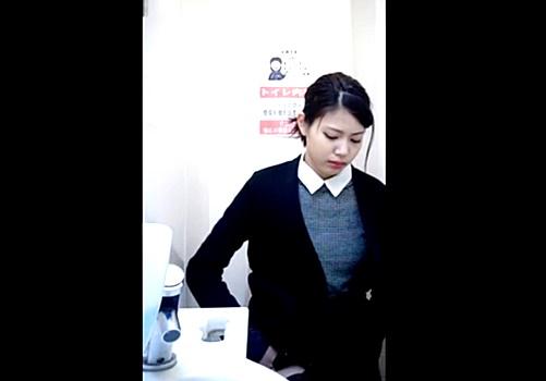 【本物盗撮動画】あなたとコンビに~♪でおなじみのコンビニ女子トイレで超絶美女を発見