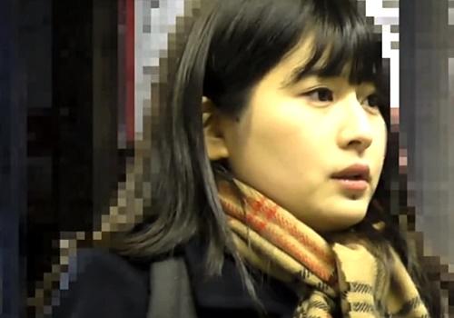困惑する表情・・・学校帰りの正統派美少女JKへの鬼畜痴漢行為を逆さ撮り盗撮したった