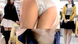 美人ショップ店員2人分収録!胸チラ&パンチラ盗撮で乳首まで丸見えにされちゃってて悲惨