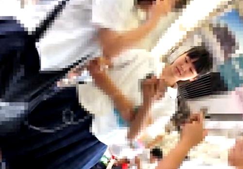 【JKパンチラ】背中からキャミまで丸見え!真面目美少女に電車内で強粘着逆さ撮り
