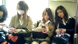 電車で下校中のギャルJK3人組を対面盗撮 ⇒ 完全に盗撮バレしてしまった結果・・・