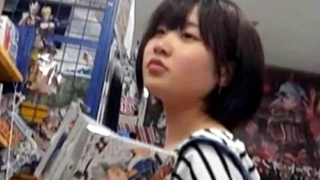 【瓜華】地味系JCを某書店でパンチラ盗撮!綿製の縞々おぱんつを至近距離から逆さ撮りしていてエグい