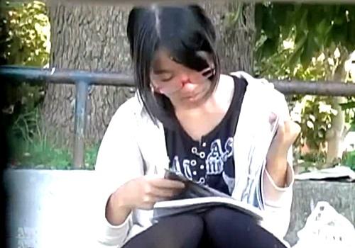 眼鏡っ娘小●生の木綿お座りパンチラを対面盗撮!さすがにこれはアカンやろ・・・