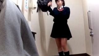 これは悲惨・・・公衆便所でおしっこから着替えまでの全てを盗撮されてしまった美少女JKちゃん