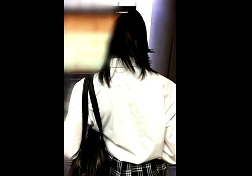 【盗撮動画】意思に反して滲み出る愛液・・・JKガチ痴漢現場が想像以上にヤバかった!!