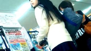 【盗撮動画】撮り師GJ!!アイドル顔負けの超絶美少女JKのピンクサテンパンチラを粘着撮り