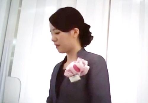 【盗撮動画】コスメショップの制服店員さん 可愛すぎるピンクのドット柄パンチラ