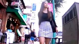 【盗撮動画】ド派手メイクの美人ギャルに粘着した男が青紫色のテカテカサテンパンチラをGET