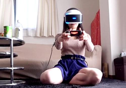 【盗撮動画】VRの本当の使い方がこれ!ナースにゲームさせている隙にスカートめくってパンチラ撮影
