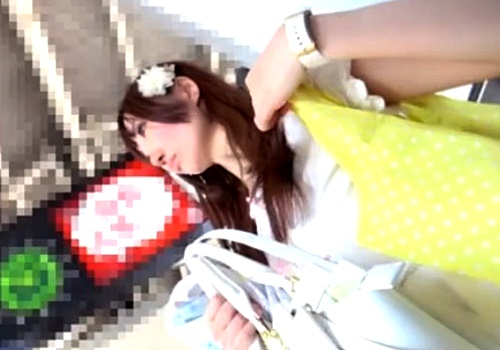 【盗撮動画】可愛すぎるギャル系JDのレース付き食い込みパンチラ!