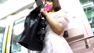 【盗撮動画】レースのフロントから透けるマン毛は圧巻!超絶美少女JDの逆さ撮りパンチラ