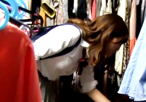 【盗撮動画】下着試着でマン毛丸見えw 古着屋店長がJKの着替えを隠し撮りしてネットに公開してる件