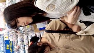【超高画質】友達との格差エグい・・Sランク美女の水色パンチラを逆さ撮りした有能な男が登場!