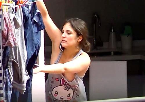 【胸チラ動画】ノーブラタンクトップで洗濯物を干している美人妻さん、無防備な乳首を盗撮されてしまう