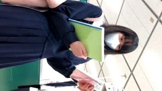 【高画質】私立お嬢様校に通うマスクJCちゃん、木綿の縞々おぱんつを逆さ撮りされてしまう