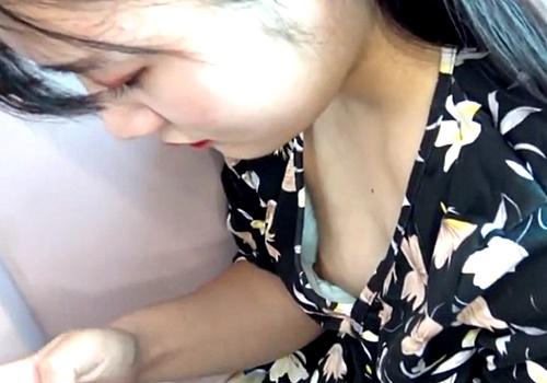 【胸チラ盗撮】電車で乳首ポロリしちゃってる黒髪美女!ズーム撮りが秀逸すぎる