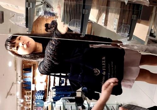 【逆さ撮り盗撮】文房具コーナーで買い物中の超絶美少女JCのチェック柄おぱんつ