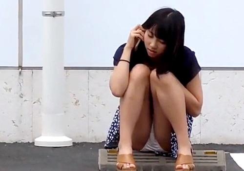 【盗撮動画】電話に夢中の私服JKちゃんの座りパンチラを長時間撮影することに成功