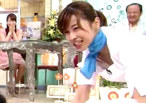 【お宝映像】加藤綾子アナ、マツコデラックスを起こそうとしてブラチラハプニング