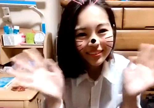 【エロイプ】美少女J〇ちゃん、自宅の勉強机の横で制服を脱衣して未発達な身体を披露してしまう