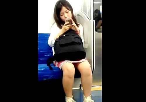 【閲覧注意】女の子に警戒されながらの姿撮り⇒スカートめくりでピンク色のパンチラGETする不審者