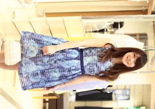 【逆さ撮り盗撮】キレカワ清楚系の美人アパレル店員のスト越しホワイトパンティー