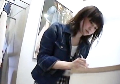 【パンチラ盗撮】美人ショップ店員さん、キュロットで安心してるけど逆さ撮りでぱんつ丸見え