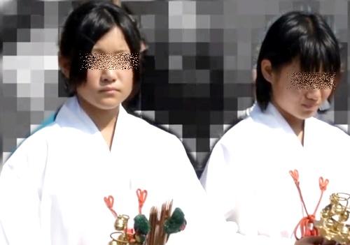 【ガチ】本物の巫女少女(〇学生)の袴にカメラ突っ込んでパンチラ盗撮してる罰当たりな奴がいるんだが・・・