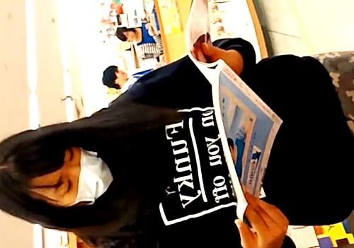 【JKパンチラ】マスク着用の私服娘を書店で逆さ撮り⇒以外にもドスケベなぱんつ穿いててワロタ