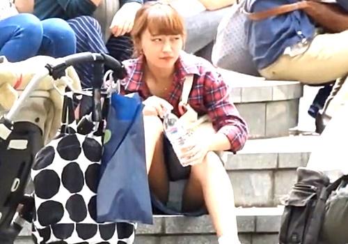 【盗撮】デニムスカートの茶髪美少女、無防備に階段に座ってしまいパンツ丸見え
